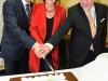 Von links: Generalsekrteät der OSZE-PV Roberto Montella, Präsidentin der OSZE-PV und Nationalratsabgeordnete Christine Muttonen (S) und Botschafter Andreas Nothelle beim Anschneiden der Jubiläumstorte